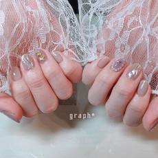 グレイッシュカラー&お花パーツとうねうねミラー、パールのブローチネイルの大人かわいいデザイン
